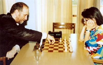 1993_bobby_and_susan_playing_chess_in_the_background_the_chessclock_which_fischer_left_at_the_polgar_family_and_now